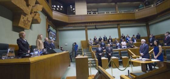 Silencio en el Parlamento Vasco por los muertos en el trabajo